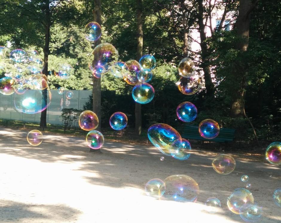 Bunte große schillernde Seifenblasen